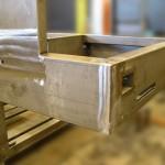 Proceso de fabricación industrial que incluye corte, plegado, mecanizado, soldadura…