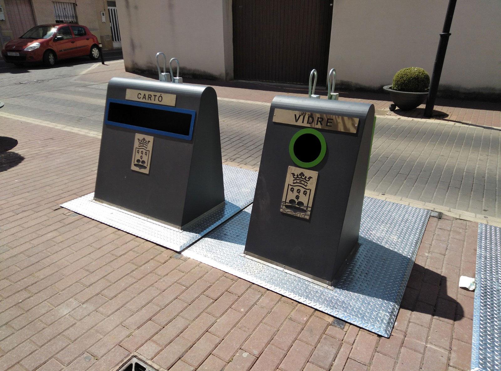Contenedores de reciclado de cartón y vidrio
